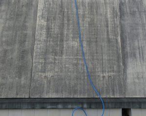 黒カビが発生し本来の美観が損なわれた琉球石灰岩の外壁