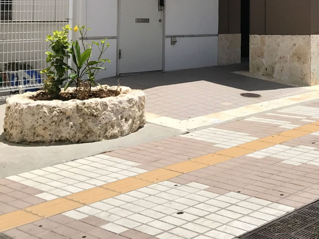 商業施設 琉球石灰岩 施工後
