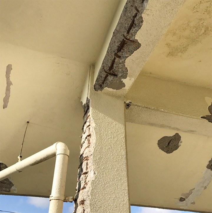 水が浸透し爆裂 中の鉄筋腐食しているコンクリート