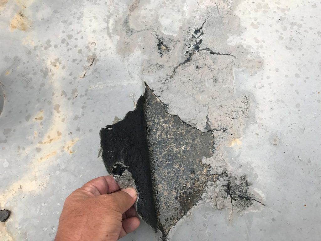 経年劣化で塗膜型防水塗装の剥がれ機能を失う