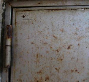錆びたステンレスドア